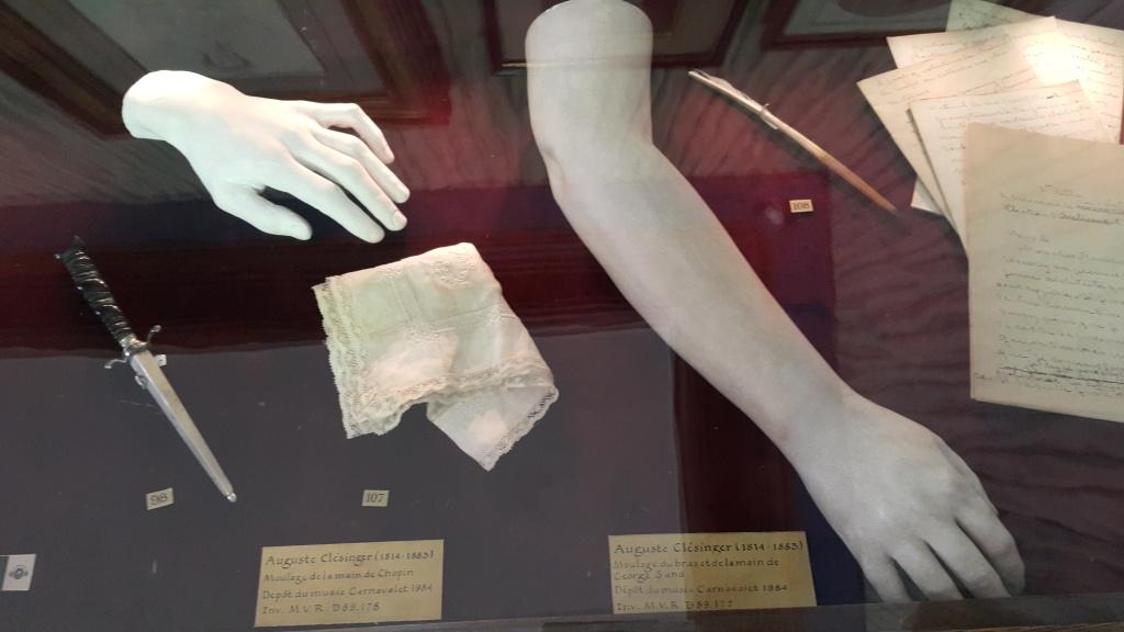 Gipsowe odlewy ramienia Sand oraz lewej ręki Chopina przypomina ją o ich ośmioletnim związku. Wykonany przez Jeana Babtiste Clesingera, zięcia pisarki, również autora popiersia Sand, wystawionego w 1848 roku na Salonie.