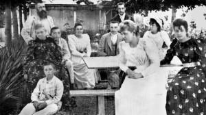 Rodzina Monet-Hoschede w ogrodzie w Giverny; Po lewej stronie Alice i Claude oraz jego dwóch synów, po prawej stronie dzieci Alice - 1886 rok