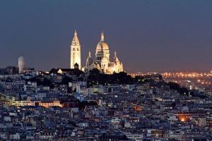 W oddali Sacre-Coeur na Montrmarte