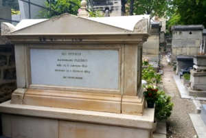 Marie Duplesis - znana jako Dama Kameliowa. Pochowana jest na tym samym cmentarzu co Aleksander Dumas, który uwiecznił ją poprzez swoją powieść.